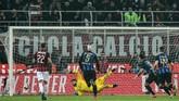 Penyerang asal Argentina Lautaro Martinez mengeksekusi penalti dengan sempurna dan membawa Inter Milan unggul 3-1 atas AC Milan. (Miguel MEDINA / AFP)