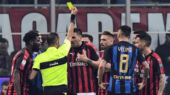 Inter Milan mendapat tendangan penalti pada menit ke-66 setelah bek AC Milan Alessio Romagnoli melakukan pelanggaran. (Miguel MEDINA / AFP)