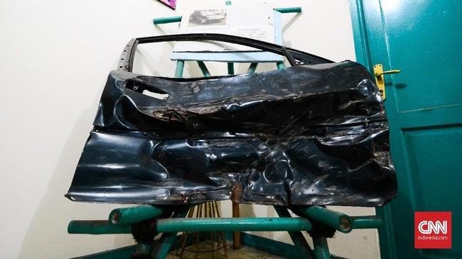 Museum tersebut juga menyimpan sepotong kenangan pahit kala Nike Ardilla meninggal dunia pada 19 Maret 1995, yaitu pintu kanan mobil Honda Civic Genio berplat D 27 AK yang ringsek. (CNN Indonesia/M Andika Putra)