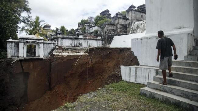 Warga melihat bekas longsor di Kompleks Makam Raja Mataram, Imogiri, Bantul, DI Yogyakarta, Senin (18/3). Hujan deras yang turun sejak Sabtu (16/3) mengakibatkan longsor di sisi timur kompleks Makam Raja Mataram. (ANTARA FOTO/Hendra Nurdiyansyah)