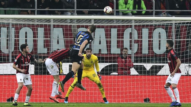 Inter Milan kemudian menggandakan keunggulan melalui sundulan Stefan de Vrij pada menit ke-51. (Miguel MEDINA / AFP)