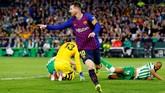 Di pengujung babak pertama, Lionel Messi menggandakan keunggulan lewat penyelesaian akhir yang sangat baik. (REUTERS/Marcelo del Pozo)