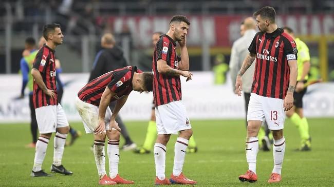 Para pemain AC Milan tertunduk lesu setelah dikalahkan Inter Milan 2-3. Ini adalah kekalahan pertama Milan setelah sempat tidak kalah dalam sepuluh pertandingan. (REUTERS/Daniele Mascolo)