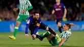 Lionel Messi mendapat pengawalan ketat dari pemain-pemain Real Betis sejak awal laga.(REUTERS/Marcelo del Pozo)