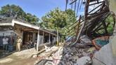 Sejumlah warga memerhatikan rumah yang roboh akibat gempa bumi di Desa Pesanggrahan, Kecamatan Montong Gading, Selong, Lombok Timur, NTB, Senin (18/3). (ANTARA FOTO/Ahmad Subaidi)