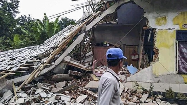 Warga berada dekat rumah yang roboh terdampak gempa bumi di Desa Pesanggrahan, Montong Gading, Lombok Timur, NTB, Minggu (17/3/). (ANTARA FOTO/Handout/BPBD NTB)