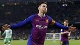 Lionel Messi merayakan gol ke gawang Real Betis. Messi menciptakan hattrick dan menyamai rekor 34 hattrick Cristiano Ronaldo di Liga Spanyol. (REUTERS/Marcelo del Pozo)