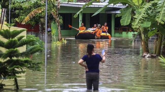 Sejumlah relawan mengevakuasi barang berharga milik warga korban banjir di kawasan Panjatan, Kulon Progo, DI Yogyakarata, 18 Maret 2019. Tanggul Sungai Serang yang jebol membuat kawasan tersebut tergenang air dengan ketinggian bervariasi antara 60 cm hingga 100 cm. (ANTARA FOTO/Andreas Fitri Atmoko)