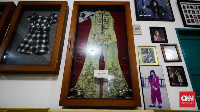 Di setiap sisi dinding ruang utama terpampang berbagai barang, foto Nike Ardilla dan penghargaan. Ada pula sejumlah pakaian yang pernah digunakan pelantun 'Seberkas Sinar' tersebut. (CNN Indonesia/M Andika Putra)