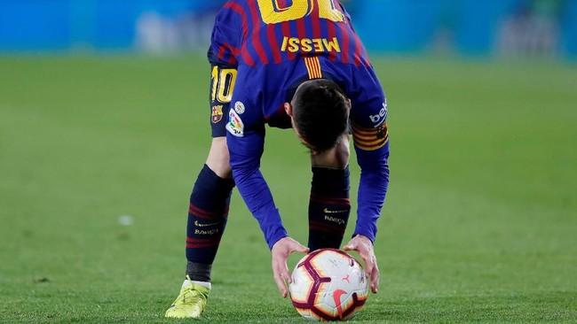 Lionel Messi berhasil mencetak gol melalui tendangan bebas di menit ke-18. Tendangan Messi meluncur deras tanpa bisa dihentikan oleh Pau Lopez. (REUTERS/Marcelo del Pozo)