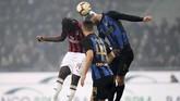 AC Milan kemudian merespons lewat gol sundulan Tiemoue Bakayoko pada menit ke-57 menerima umpan tendangan bebas Hakan Calhanoglu. (REUTERS/Daniele Mascolo)