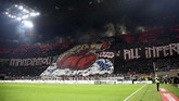 Suasana Stadion San Siro jelang laga derby AC Milan vs Inter Milan pada lanjutan Liga Italia Serie A, Minggu (17/3). (REUTERS/Daniele Mascolo)