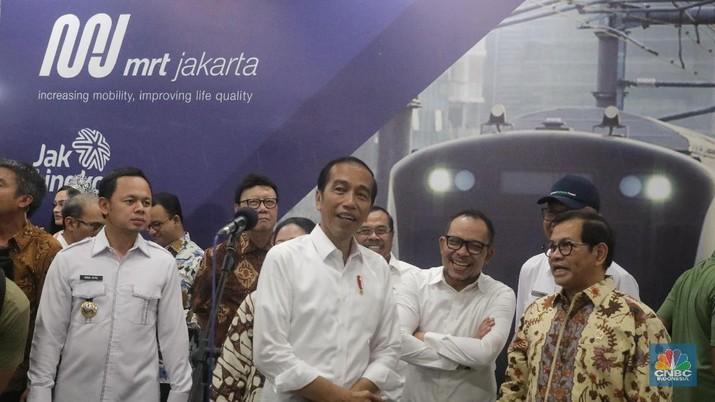 Simak Gaya Jokowi Saat Jajal MRT Jakarta