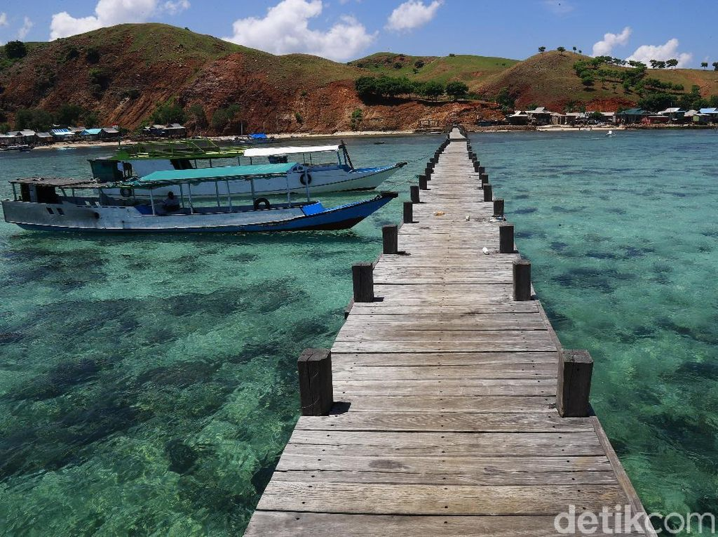 Saat berkunjung ke Pulau Papagarang, wisatawan akan disambut dengan jernihnya air dan dermaga yang panjangnya mencapai 200 meter.