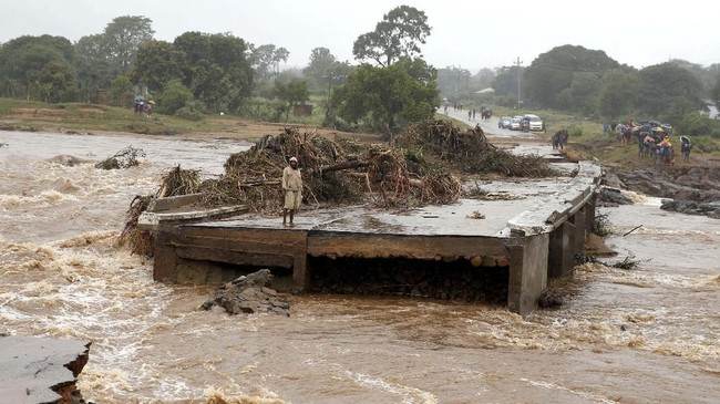 Badai tropis Idai juga menerjang Zimbabwe, dan membuat infrastruktur di Kota Chimanimani rusak. (REUTERS/Philimon Bulawayo)