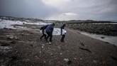 Wegge mengatakan kalau papan surfing es ini bisa bertahan selama 20 menit sebelum mencair di tengah air. (Olivier MORIN / AFP)