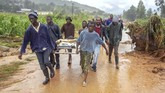 Proses evakuasi terhadap korban meninggal akibat Badai Idai di Zimbabwe terus dilakukan. (Photo by Zinyange AUNTONY / AFP)