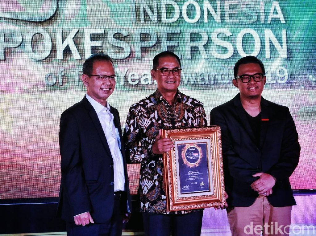 Direktur Komunikasi Lippo Group Danang Kemayan Jati  dan Corporate Secretary PT Intiland Development Tbk Theresia Rustandi menerima penghargaan Indonesia Spokesperson of The Year Award 2019. Istimewa