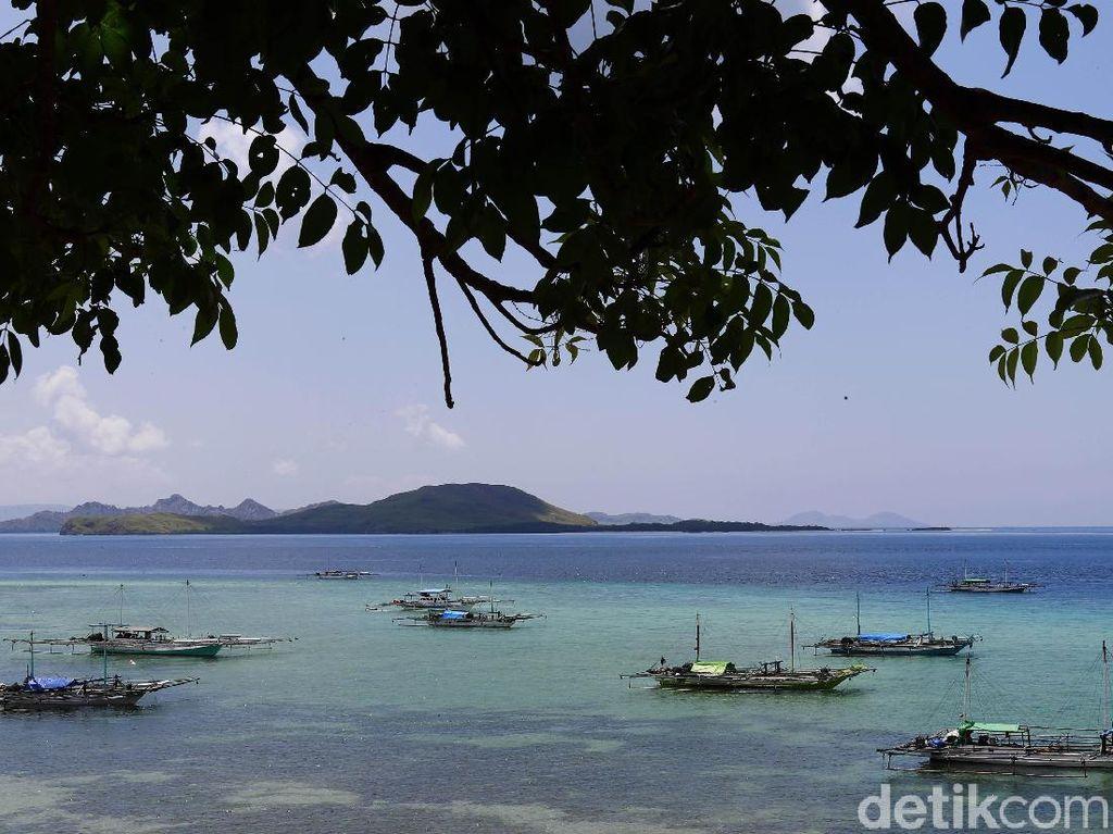 Kapal-kapal nelayan nampak tertambat di tepi pantai. Para nelayan itu nantinya akan melaut di sore hari.