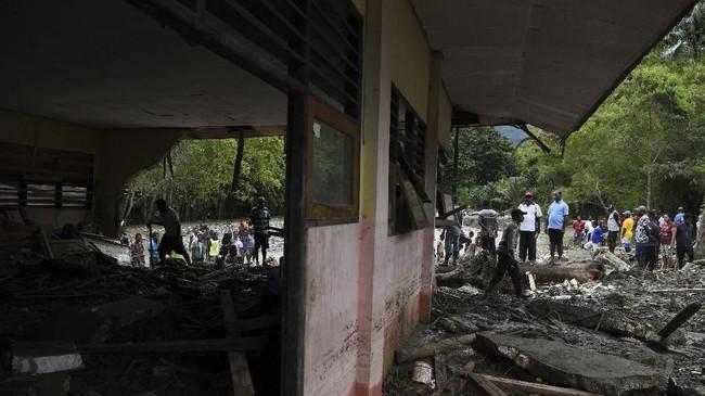 Selain korban tewas, Tim SAR gabungan juga mencatat sedikitnya 74 warga dilaporkan hilang pascabanjir Sentani. ANTARA FOTO/Zabur Karuru