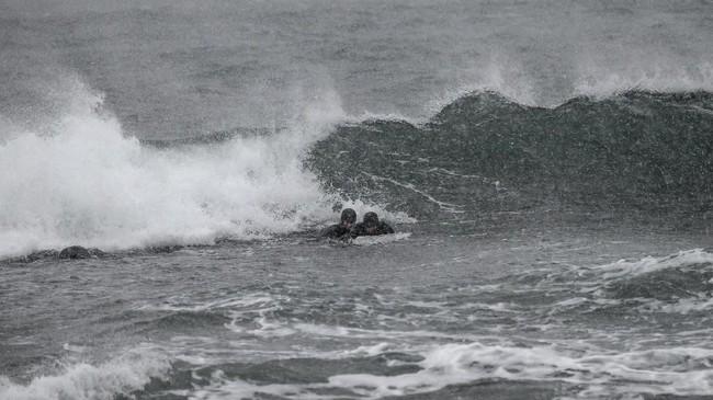 Peselancar asal Swedia, Pontus Hallin dan Lisa Blommencoba meluncur dengan papan surfing dari bongkahan es.(Olivier MORIN / AFP)