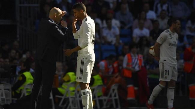 Bek asal Prancis Raphael Varane diklaim ingin meninggalkan Real Madrid demi mendapat tantangan baru. Manchester United, Liverpool, dan Bayern Munchen dikabarkan menjadi opsi klub baru Varane. (GABRIEL BOUYS / AFP)