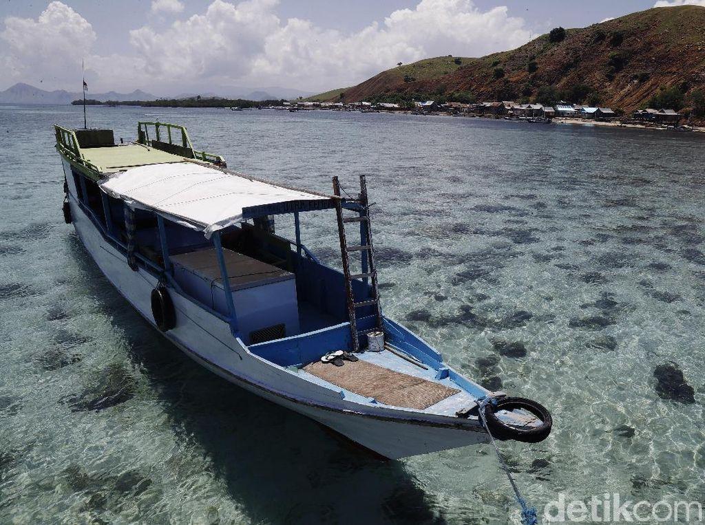 Pulau Papagarang terletak di dekat Pulau Komodo dan Pulau Rinca, Flores, Nusa Tenggara Timur. Sebagian besar penduduk di pulau ini adalah nelayan dan memproduksi ikan asin.