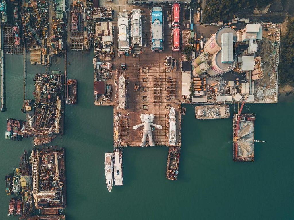 Karya yang dibuat oleh seniman KAWS turut menyemarakkan kota Hong Kong yang dipenuhi acara seni dan budaya sepanjang bulan Maret. Bagaimana menurutmu patung raksasa KAWS? Foto: HK Tourism Board/ Istimewa
