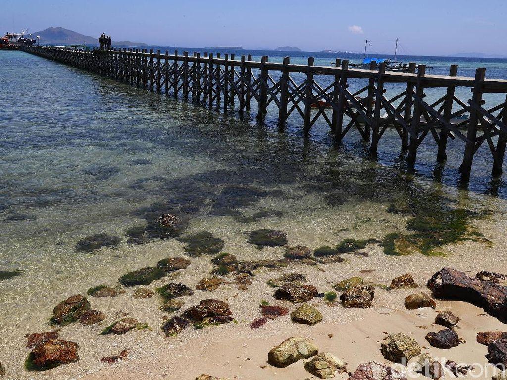 Keindahan alam pantai ini belum banyak diketahui karena pantai di pulau tersebut masih dikelola secara seadanya.