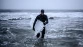 Bagi Wegge, berselancar dengan papan es menjadi tantangan tersendiri, karena peselancar harus menguasai ombak sekaligus bersaing dengan waktu agar papan tak mencair. (Olivier MORIN / AFP)