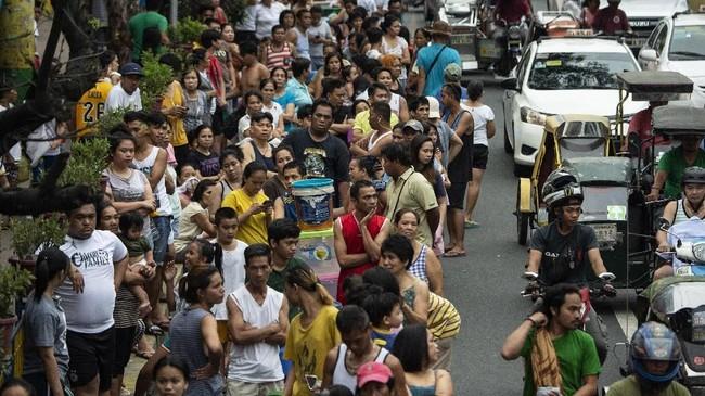 FOTO: Jutaan Warga Filipina Antre Berjam-jam Demi Air Bersih