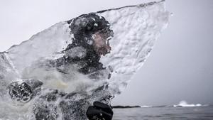 FOTO: Surfing dengan Bongkahan Es
