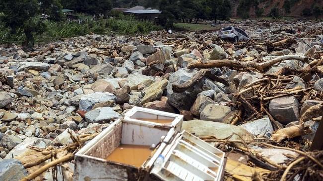 Banjir bandang akibat Badai Idai menyapu rumah dan memutus jembatan di Zimbabwe. (Photo by Zinyange AUNTONY / AFP)