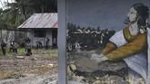 Polisi K9 mencari korban banjir bandang di reruntuhan bangunan di Kali Pos Tujuh, Sentani, Jaya Pura, Papua. Sebanyak 1.613 personel dari Tim SAR gabungan untuk menangani pascabanjir Sentani. ANTARA FOTO/Zabur Karuru