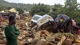 Pemerintah Zimbabwe menyatakan sekitar 150 sampai 200 pegawai negeri hilang setelah kompleks perumahan mereka tersapu banjir. (Photo by Zinyange AUNTONY / AFP)