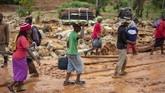 Sejumlah guru, staf sekolah, serta 200 pelajar di Chimanimani sempat terjebak akibat tanah longsor disebabkan Badai Idai. (Photo by Zinyange AUNTONY / AFP)