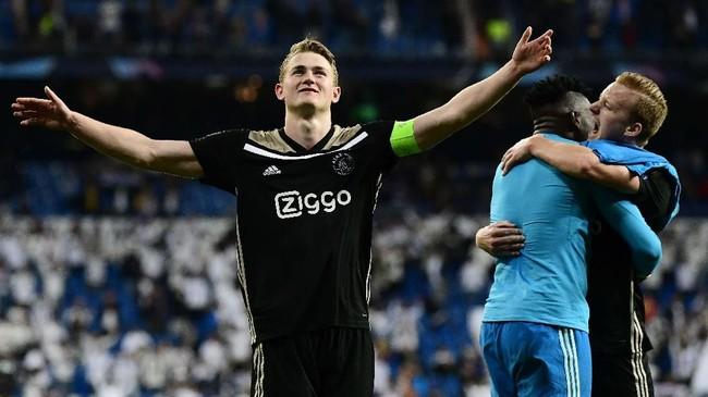 Kapten sekaligus bek Ajax Amsterdam Matthijs de Ligt dikabarkan Tuttosport diminati Juventus. Agen De Ligt, Mino Raiola, diklaim akan bertemu dengan Direktur Olahraga Juventus Fabio Paratici akhir pekan ini. (GABRIEL BOUYS / AFP)