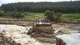 Karena akses jalan terputus akibat Badai Idai, sejumlah warga Zimbabwe terisolir. (Photo by Zinyange AUNTONY / AFP)