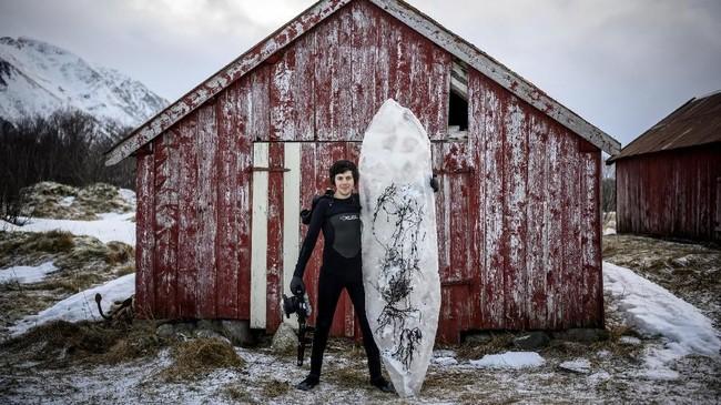 Peselancar dan pembuat film Wegge (33) merencanakan konsep papan surfing es ini sejak sembilan bulan yang lalu. (Olivier MORIN / AFP)