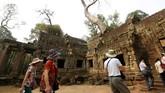 Dalam beberapa tahun terakhir, popularitas Ta Phrom meningkat pesat dengan kedatangan para turis.(REUTERS/Samrang Pring)