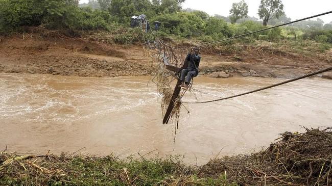 Badai Idai menyebabkan 98 orang meninggal dan 217 hilang di Zimbabwe. (REUTERS/Philimon Bulawayo)
