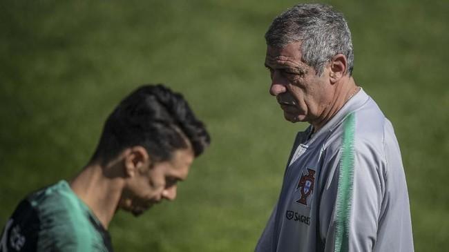 Pelatih timnas Portugal Fernando Santos memantau latihan Cristiano Ronaldo dan kawan-kawan. Portugal dijadwalkan menghadapi Ukraina pada laga Grup B Kualifikasi Piala Eropa 2020. (PATRICIA DE MELO MOREIRA / AFP)