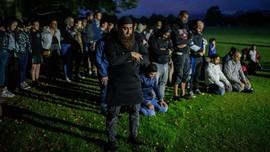 Warga Kawal Salat Umat Muslim di Depan Masjid Christchurch
