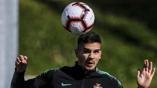 Penyerang timnas Portugal Andre Silva menyundul bola saat latihan. Portugal akan menjamu Ukraina di Stadion Da Luz, Lisbon, Jumat (22/3). (PATRICIA DE MELO MOREIRA / AFP)