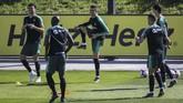 Cristiano Ronaldo (tengah) melakukan pemanasan bersama rekan setimnya di timnas Portugal. Ronaldo sebelumnya absen di enam laga timnas Portugal. (PATRICIA DE MELO MOREIRA / AFP)