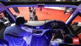 Pengunjung terlihat penasaran dengan teknologi bus yang ikut meramaikan Busworld Southeast Asia 2019. (CNNIndonesia/Safir Makki)