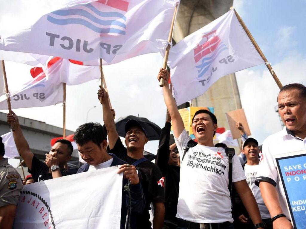 Ratusan pekerja Jakarta International Container Terminal (JICT) berunjuk rasa dengan membawa berbagai spanduk yang salah satunya meminta agar Hutchison segera angkat kaki dari JICT di depan Pos IX, Pelabuhan Tanjung Priok, Jakarta Utara, Rabu (20/3/2019). Foto: dok. SP JICT