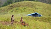 Banjir bandang melanda Sentani, Kabupaten Jayapura, Papua, Minggu (17/3) lalu. Tercatat 9.961 orang mengungsi ke tempat aman. Salah satu titik pengungsian adalah Bukit Harapan. (ANTARA FOTO/Zabur Karuru/aww)