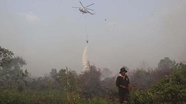 Pemadaman juga dilakukan dari udara yakni pengeboman air menggunakan helikopter.Setiap hari helikopter hilir mudik membawa air untuk dijatuhkan ke area kebakaran. (ANTARA FOTO/Aswaddy Hamid)