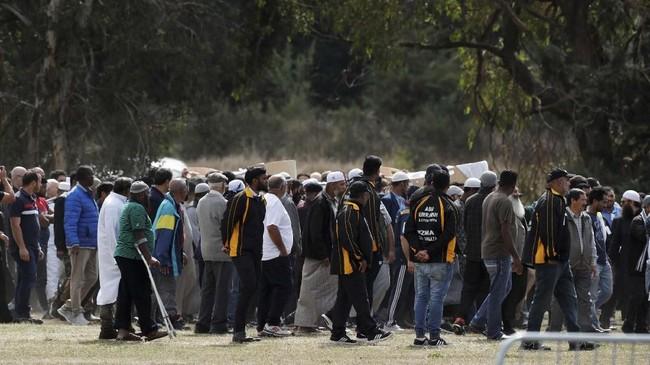 Petugas pemakaman mempersiapkan blok khusus Muslim selama empat hari selepas kejadian pada 15 Maret lalu, tidak jauh dari Masjid Linwood. (REUTERS/Jorge Silva)